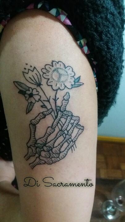 Tatuagem Mão de Caveira no Braço